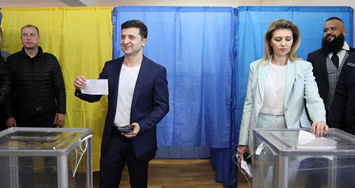 Volodímir Zelenski, candidato a la Presidencia de Ucrania, y su esposa Olena