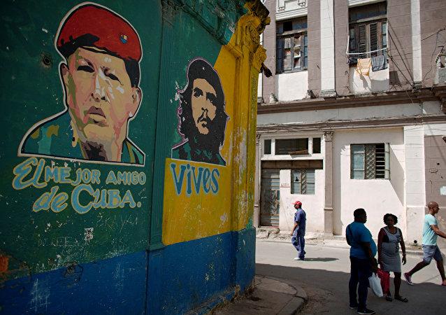 Retratos de Hugo Chávez y Che Guevara el La Habana