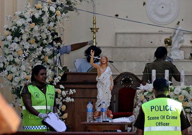 La policía en el lugar de las explosiones en Sri Lanka