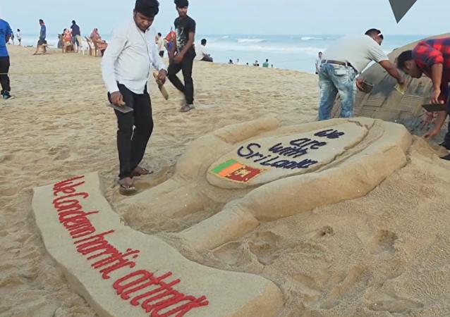 Artista rinde homenaje a las víctimas de Sri Lanka con una escultura de arena