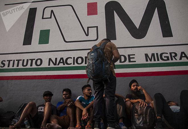 Asiáticos esperan frente a la Estación migratoria Siglo XXI por la resolución de su estancia en México