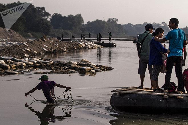 Suchiate, Chiapas: Grupo de personas cruza el río Suchiate