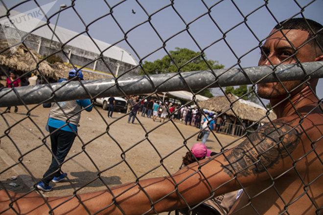 Mapastepec, Chiapas: Migrante espera en el albergue improvisado por el Gobierno para entregar visas de visitante regional, que no permiten viajar al norte del país