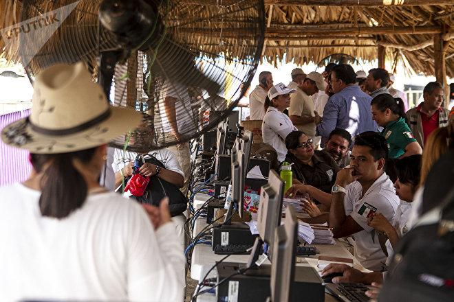 Mapastepec, Chiapas: Mesa de trámites para visitante regional en el albergue improvisado por el Gobierno mexicano