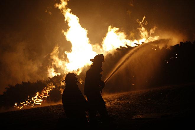 Bomberos chilenos combatiendo incendio forestal de 2017 (foto de archivo)