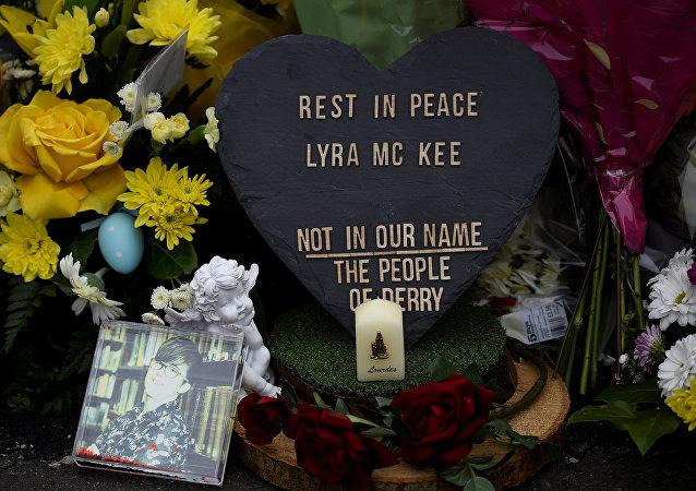 Flores en el lugar donde asesinaron a la periodista Lyra McKee