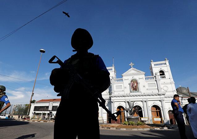 Un militar en el lugar de las explosiones en Sri Lanka