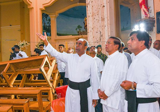 Maithripala Sirisena, presidente de Sri Lanka (seg.der.) en el lugar del atentado
