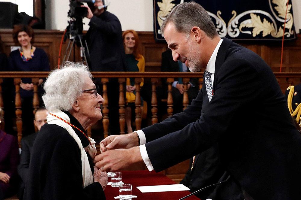 El rey de España, Felipe VI, entrega el Premio Cervantes a Ida Vitale
