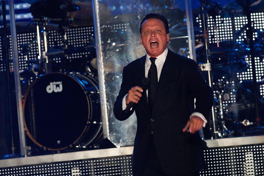 Luis Miguel, cantante y productor musical mexicano (49 años)
