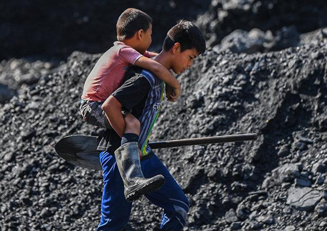 Jóvenes buscadores de esmeraldas en el río Las Ánimas, cerca de una mina en el municipio de Muzo, conocido como la 'capital mundial de las esmeraldas'.