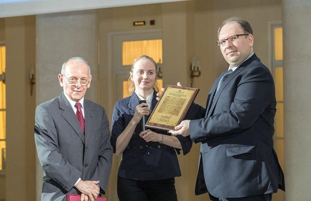 El embajador de Paraguay en Rusia, Ramón Díaz Pereira, (izqda) entrega una placa conmemorativa con uno de los poemas de Iván Belaieff