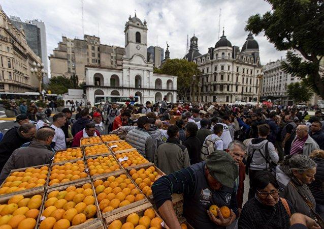 Productores argentinos regalan toneladas de fruta frente a la sede del Gobierno nacional, en Buenos Aires