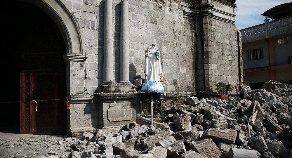 Escombros rodean la parroquia Santa Catalina de Alejandría después del terremotos en Filipinas