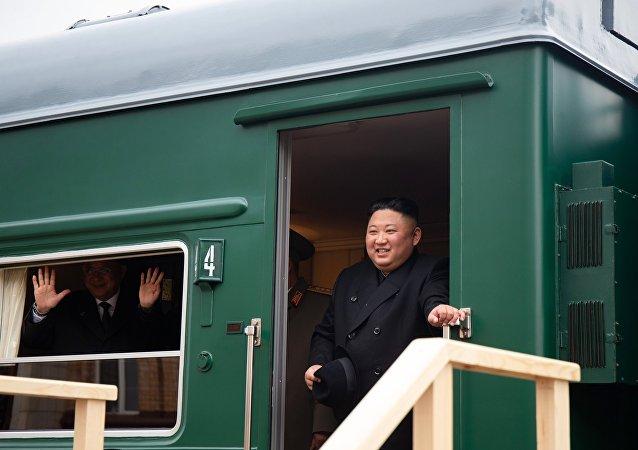 Kim Jong-un, el líder de Corea del Norte, sale de su tren blindado