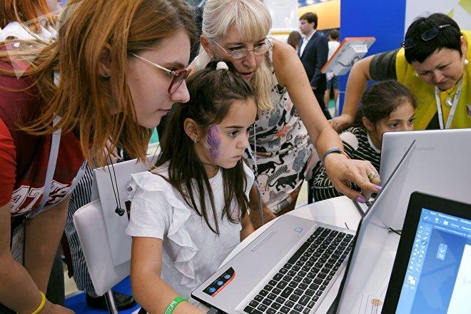 Una niña usa una computadora