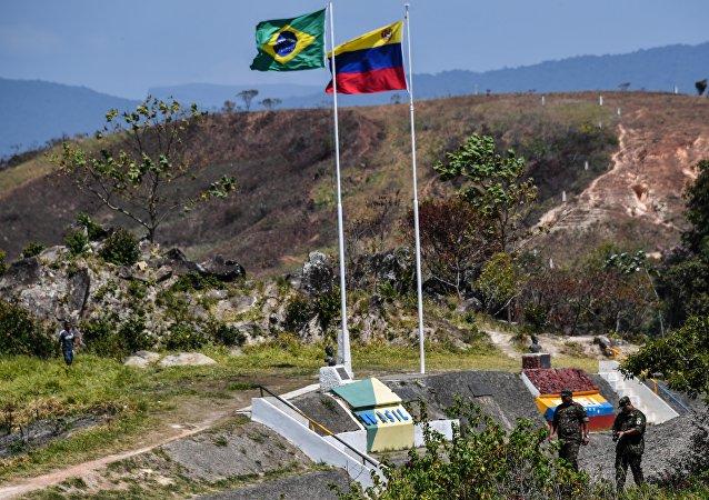 Las banderas de Brasil y Venezuela en la frontera