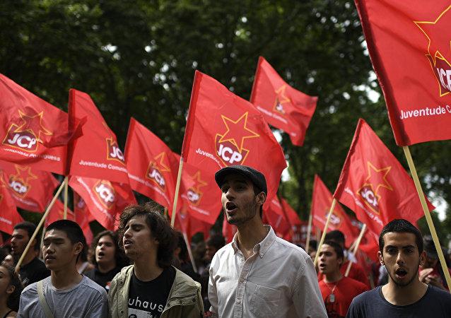 Manifestantes portugueses en el aniversario de la Revolución de los Claveles