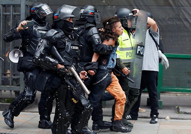 Un hombre es arrestado por la Policía durante una protesta en Bogotá, Colombia