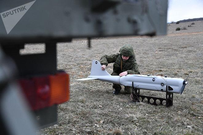 Una mujer operando un dron Orlan