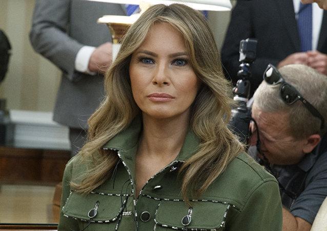 Melania Trump en la extravagante vestimenta de estilo militar