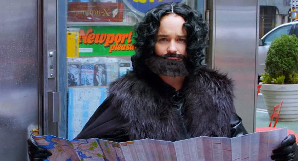 Emilia Clarke disfrazada de Jon Snow