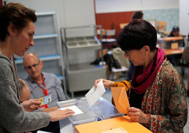 Una mujer vota en Madrid