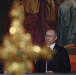 El primer ministro ruso, Dmitri Medvédev, y el presidente de Rusia, Vladímir Putin, durante la misa de Pascua en Moscú