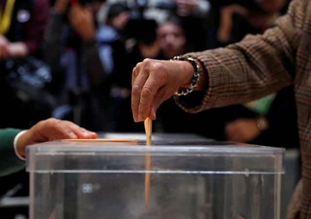 Una persona ejerce su derecho al voto en Madrid