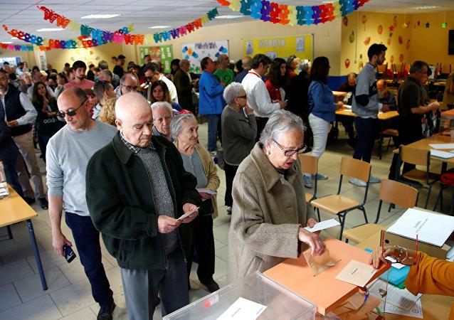 Ciudadanos españoles participan en elecciones generales