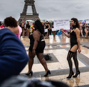 Модели во время Показа всех размеров около Эйфелевой башни в Париже