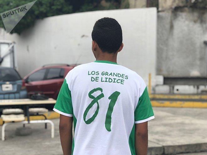 Leo se mudó a otro barrio distante de aquel donde entrena, pero su pasión por el fútbol es tal que igual vuelve allí para patear el balón