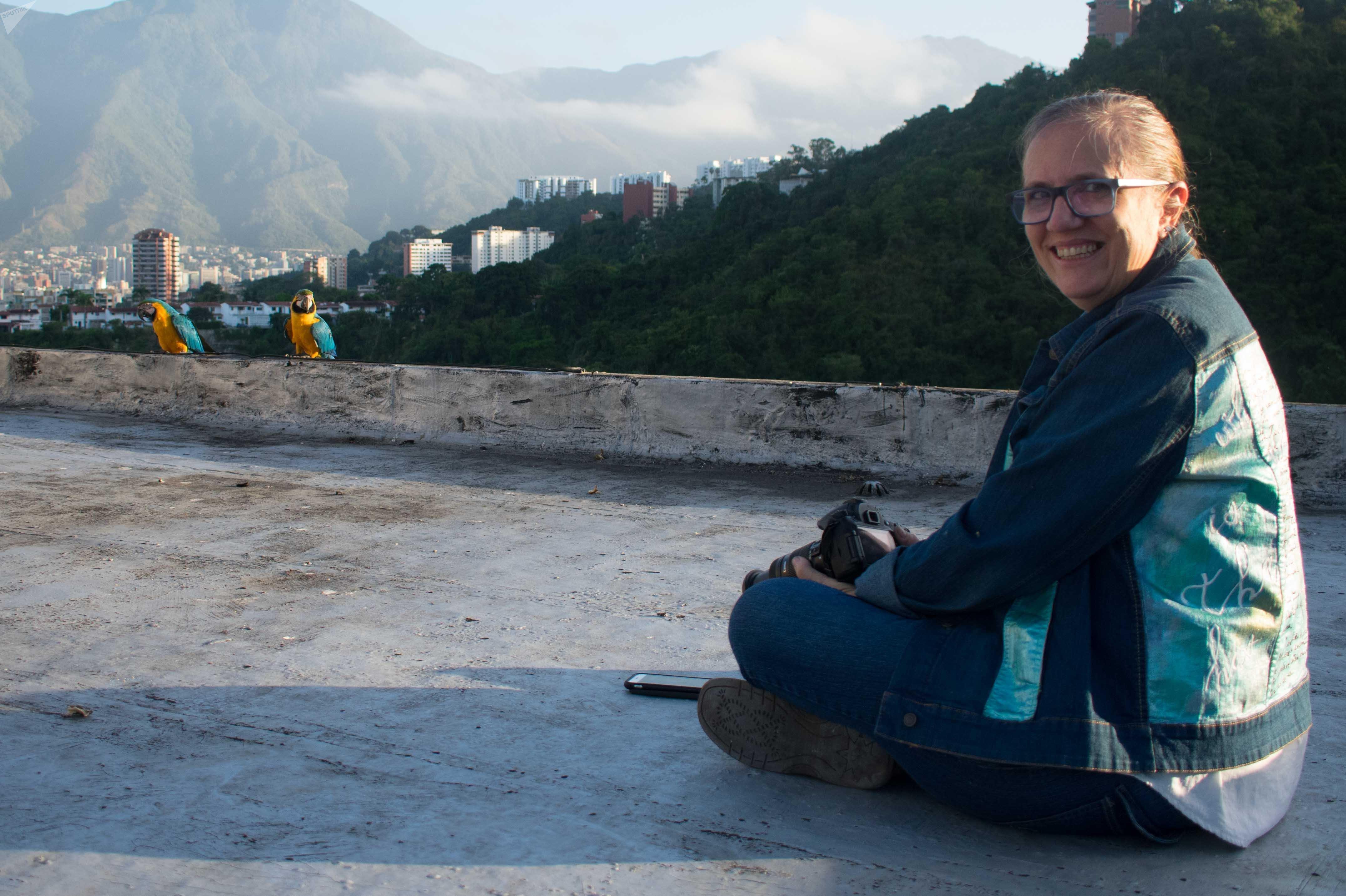 La fotógrafa Mabel Cornago comenzó a fotografiar a las guacamayas por hobby, pero decenas de personas le han comprado fotos, especialmente como recuerdo de Caracas para quienes han migrado.