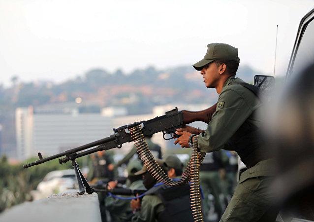 Un militar venezolano cerca de la base militar La Carlota en Caracas