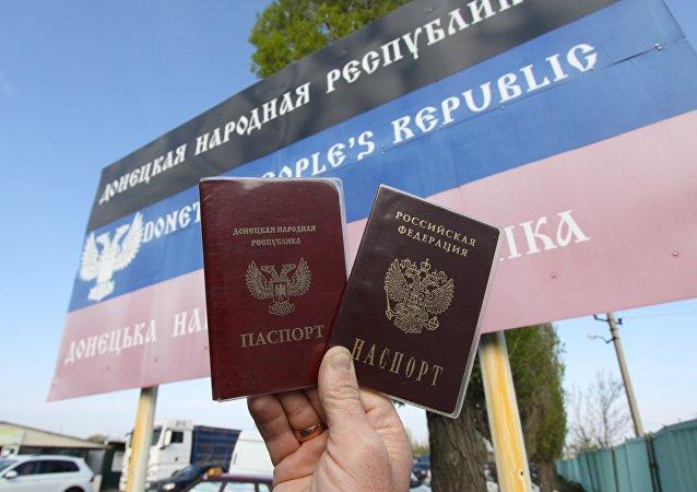 Los pasaportes de la Republica Popular de Donetsk y de Rusia