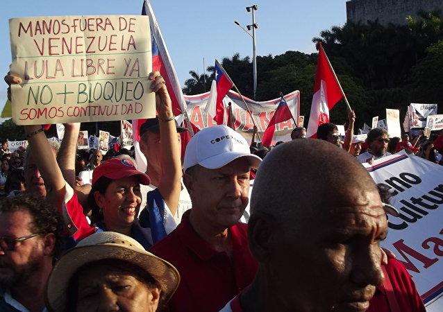 Cubanos marchan en La Habana por el Día de los Trabajadores