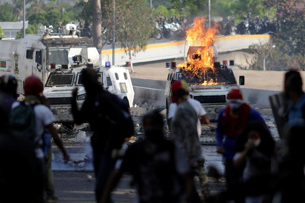Por otro lado, los partidarios de la oposición venezolana se enfrentaron a las fuerzas de seguridad