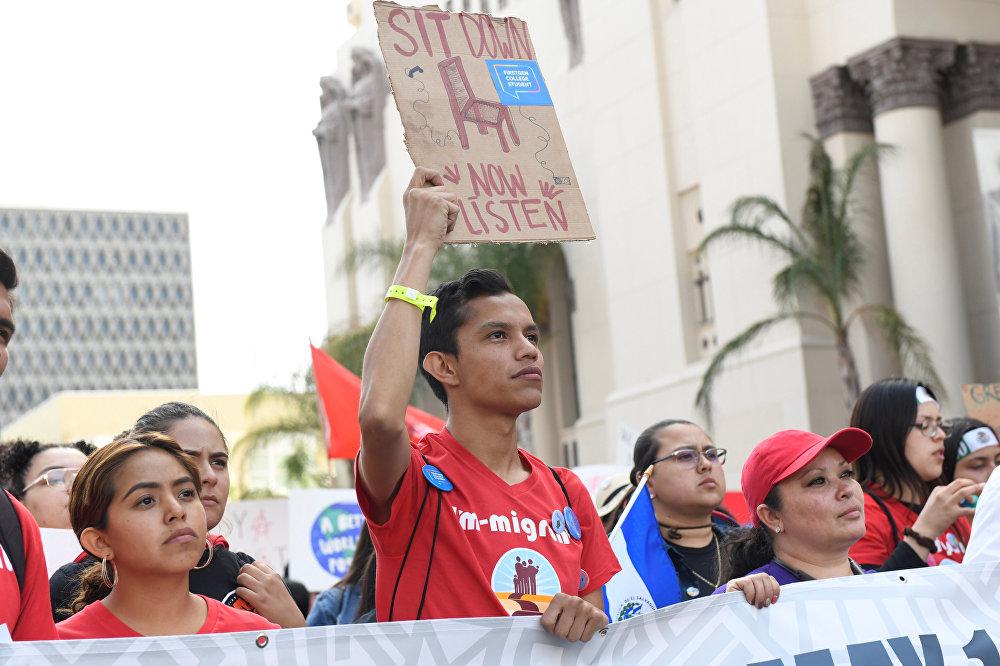 Trabajadores migrantes de Los Ángeles (EEUU) aprovecharon la celebración para mostrar su repudio a la política migratoria del presidente Donald Trump