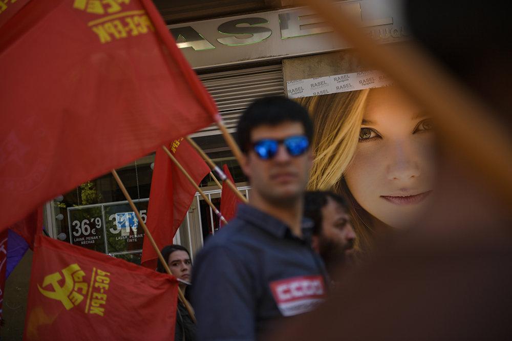 En España, varios partidos de izquierda marcharon por las principales ciudades del país para hacer escuchar sus voces mientras el presidente de Gobierno, Pedro Sánchez, busca crear un nuevo Ejecutivo al vencer en las pasadas elecciones generales
