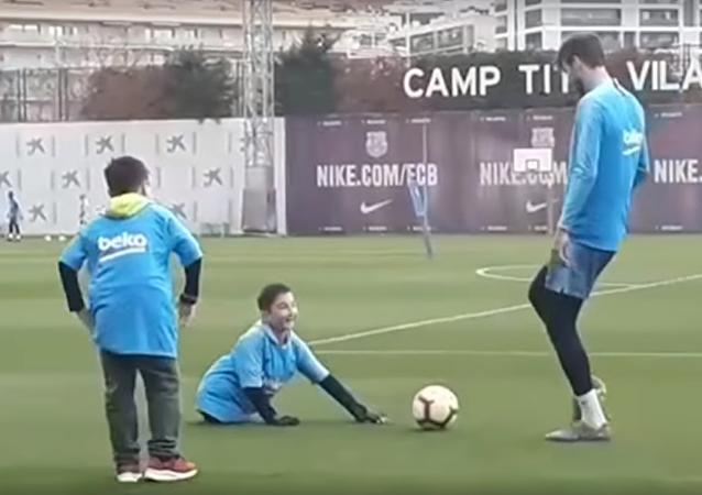 Un sueño hecho realidad: un niño sin piernas juega al fútbol con Piqué y Messi