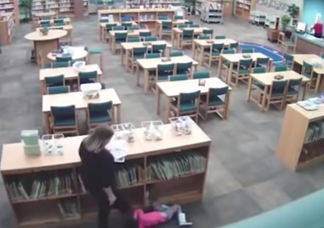 Cámaras graban cómo una maestra estadounidense maltrata a una menor