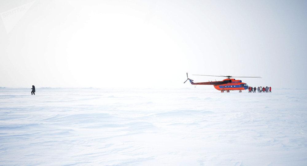 Helicóptero en la estación rusa en el Ártico