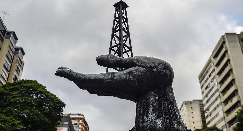 Monumento a las luchas del pueblo venezolano por la conquista de su patrimonio petrolero, frente a la sede de la petrolera estatal venezolana PDVSA