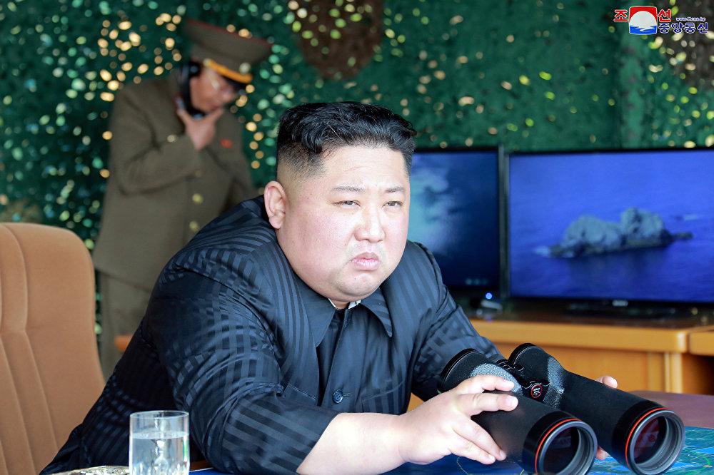 Kim Jong Un, líder de Corea del Norte, supervisa una prueba de misiles