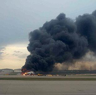 Avión de pasajeros Sukhoi Superjet 100 en llamas en el aeropuerto Sheremétievo de Moscú