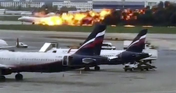 El avión en llamas del aeropuerto de Moscú en imágenes