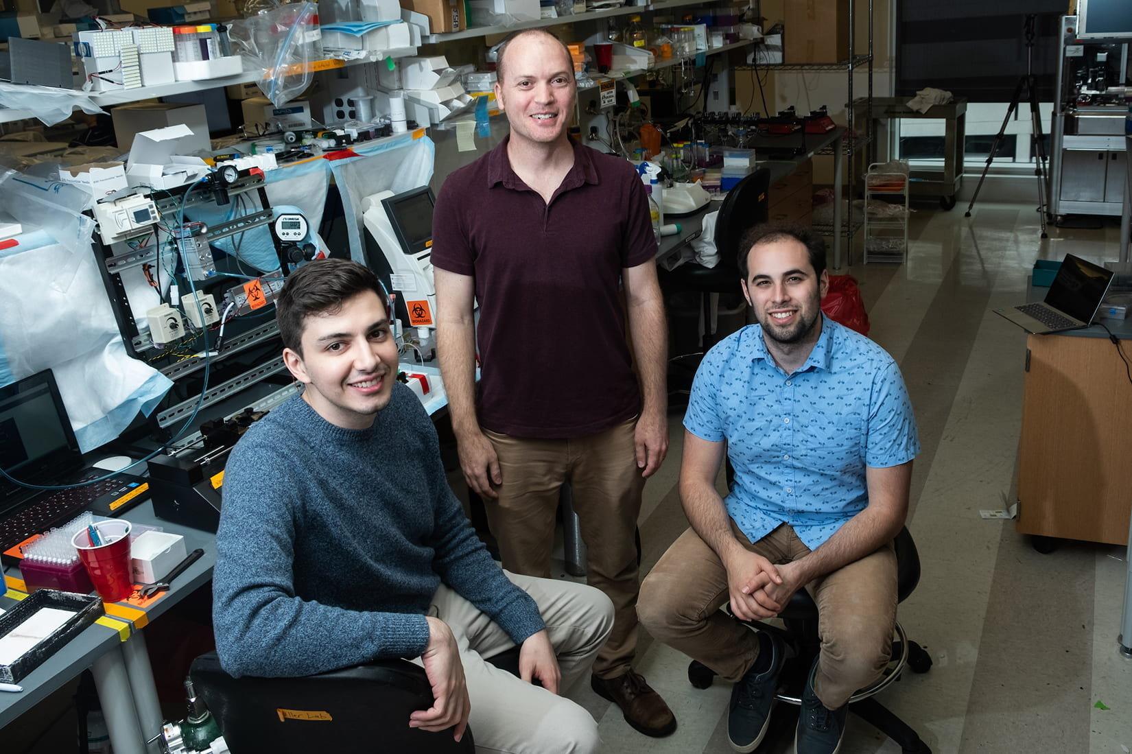 De izquierda a derecha, los bioingenieros Bragat Grigorián, Jordan Miller y Daniel Sazer, unos de los responsables de la técnica SLATE.