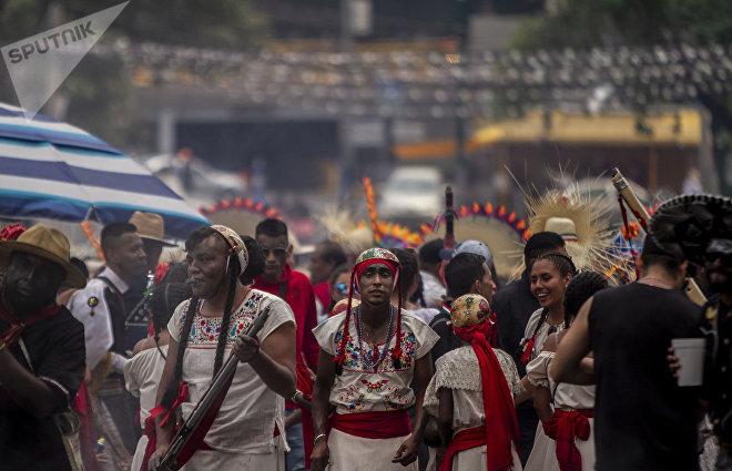 Participantes vestidos de combatientes mexicanos en la representación 89 de la Batalla de Puebla en el Peñón de los Baños