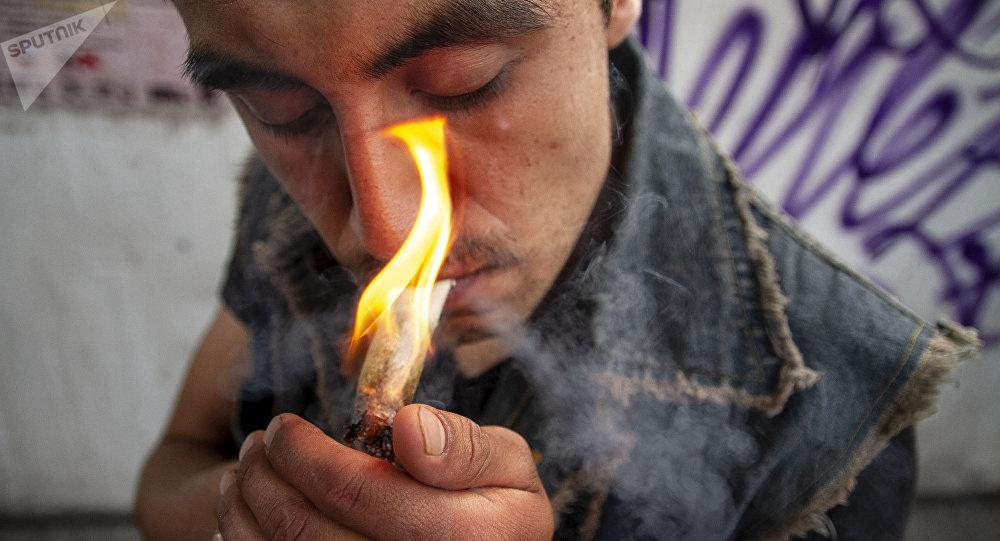 Usuario de marihuana en uno de los eventos de la Federación Mariguana Liberación en la Ciudad de México