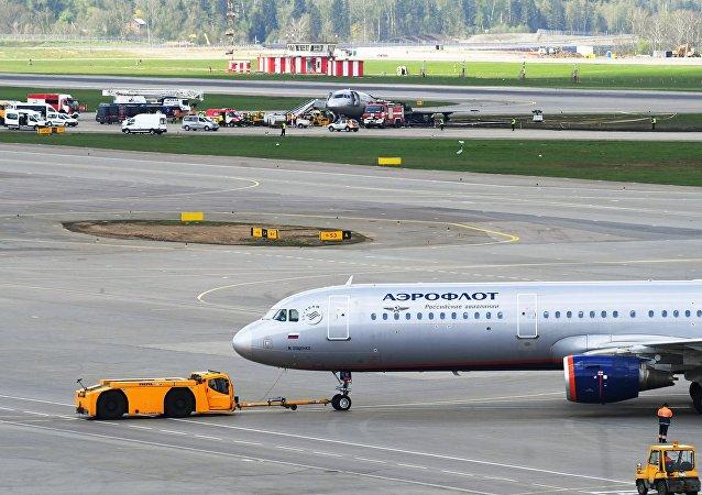 Sukhoi Superjet 100 incendiado en un aeropuerto de Moscú